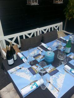 """Diner tafel met papieren placemats in """"The Hamptons Style"""". Maak je eigen placemats op www.cakesandcarrots.nl"""