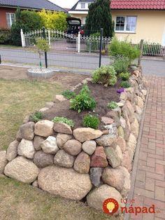 Dali si do záhrady priviesť veľké kamene, ale nepo – Wintergarten Ideen Rustic Landscaping, Front Yard Landscaping, Backyard Patio, Building A Raised Garden, Raised Garden Beds, Raised Beds, Country Backyards, Landscape Stairs, Pebble Garden