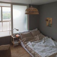 Ideas For Apartment Decorating Livingroom Chic Bedrooms - Home Decor Apartments Home Bedroom, Bedroom Decor, Bedroom Inspo, Bedroom Ideas, Minimalist Room, Aesthetic Room Decor, Chic Living Room, Cozy Room, Dream Rooms