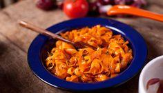 Fitas de cenoura assadas com tomilho Ingredientes 3 cenouras limpas Azeite Sal e pimenta preta moída a gosto Tomilho a gosto Preparo Com a ajuda de um descascador (qualquer dez…