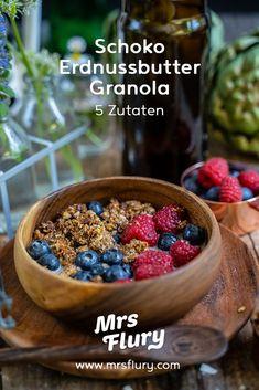Schoko Erdnussbutter Granola selber machen - 5 Zutaten Mrs Flury  Gebackenes Müesli, gesundes Granola selber machen, DIY Granola, gesundes Frühstück, gesund essen, einfach, Schoko Granola, zuckerfrei, glutenfrei  veganes Frühstück  eat good food  #granola #eatgoodfood #zuckerfrei #gesunderezepte #vegan #mrsflury Sweets Cake, Vegan Sweets, Acai Bowl, Healthy Recipes, Healthy Food, Cereal, Clean Eating, Food And Drink, Breakfast