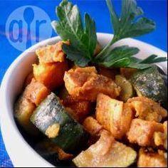 Revuelto de zapallitos y batatas: Una receta básica pero diferente para el clásico revuelto de zapallitos. Las batatas se caramelizan con una pizca de azúcar. Quedan espectaculares, y lo sirvo solo o como una guarnición fácil de vegetales.