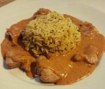 Hähnchengeschnetzeltes in bunter Gemüserahmsoße mit Reis