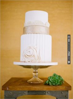 gold and white cake | CHECK OUT MORE IDEAS AT WEDDINGPINS.NET | #weddingcakes