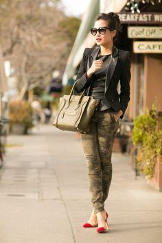Calça camuflada + blusa preta