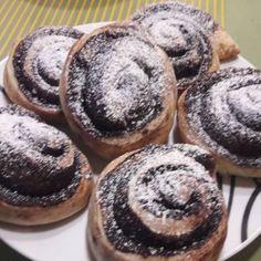 Pihe puha kakaós csiga 🐌 Minion, Muffin, Breakfast, Food, Morning Coffee, Minions, Meals, Muffins, Yemek