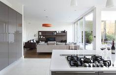 Gloss white and grey kitchen White Gloss Kitchen, Gray And White Kitchen, Kitchen Interior, New Kitchen, Kitchen Ideas, Grey Countertops, Kitchen Collection, Kitchen Styling, Kitchen Backsplash