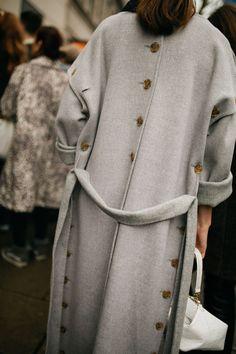 They Are Wearing: London Fashion Week Fall 2019 : Street Style RTW Fall 2019 WWD's Kuba Dabrowski captured the best street style winter outfits from London Fashion Week Fall/Winter Autumn Fashion Casual, Casual Fall, Winter Fashion, Women's Casual, Mode Abaya, Mode Hijab, Cool Street Fashion, Street Style, Iranian Women Fashion