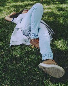 Deitada na grama pensando nas várias coisas que afligem os alunos que estão concluídos o ensino médio  #garota #deitada #grama