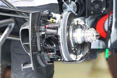 Interesante foto del freno delantero izquierdo del McLaren MP4-27 ... Los discos de freno en un F1 pesan alrededor de 1.5 kg, están diseñados para resistir altísimas temperaturas de hasta 750° Celsius, y parar de 200 kph a 0 en 2.21 segundos en solo 65 metros ...