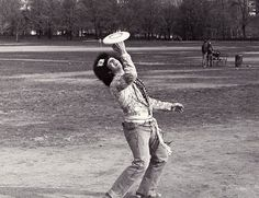 New York City Hippie Freestyle Frisbee Flying Disc New England University, Flying Disc, Ultimate Frisbee, Disc Golf, Hippie Style, Vintage Photos, Hipster, Black And White, Guys