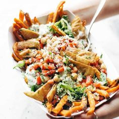 Loaded Mediterranean Street Fries Loaded Mediterranean Street Cart Fries: sweet potato fries topped with fresh romaine tzatziki marinated tomatoes and chickpeas feta cheese and more. Meatless and mind-blowing all in one. Source by pinchofyum Healthy Junk Food, Healthy Snacks, Healthy Eating, Yummy Snacks, Vegetarian Recipes, Cooking Recipes, Healthy Recipes, Lasagna Recipes, Ham Recipes