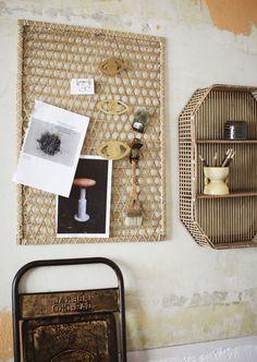 Kan jouw kale muur wel ee boost gebruiken? En ben je dol op het gebruik van natuurlijke materialen in huis? Dan is deze wanddecoratie van ons merk Madam Stoltz perfect. Deze wanddecoratie ziet er prachtig uit en is bovendien gemakkelijk te combineren met meerdere natuurlijke items om de bohemien sfeer in je interieur compleet te maken. Wacht daarom niet langer en breng deze musthave voor je thuis! Memo Boards, House Doctor, Bamboo Shelf, Rustic Plates, Note Memo, Moving Furniture, Still Working, Cabinet Makers, Blackboards