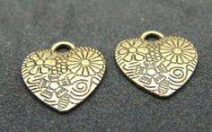 Corazon pewter oro viejo con flore. Mide 23 x 20 mm. Se vende por par. $ 5.00 mn.