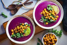 Violetti bataattisosekeitto paahdetuilla kikherneillä. Pehmeä bataattisosekeitto violetista bataatista, päällä paahdettuja kikherneitä ja lehtikaalia. Tämä lämmittävä keitto sopii täydellisesti talveen. Nopea ja helppo sosekeitto jonka päällä paahdettuja kikherneitä tuomassa ruokaisuutta. #bataattisosekeitto #bataattikeitto #kasvisreseptit Chana Masala, Beans, Vegetables, Ethnic Recipes, Food, Essen, Vegetable Recipes, Meals, Yemek