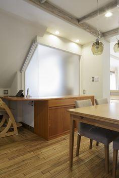 2年前に中古を購入した際に、将来的にはキッチンやリビングなどよく使うところ、住ん<br />でからわかる不便なところをリフォームする予定で、床・壁・窓など最低限のリフォーム<br />をされたE様。ダイニングは階段や玄関ホールとの間の壁で圧迫感があり、暗く使いづら<br />く、またキッチンからはリビングダイニングにいる家族の様子がわからないことに気付<br />き、またキッチンも使いにくかったため、今回キッチンダイニングをリフォームすること<br />に。様々な工夫で開放的で明るい住まいとなりました。