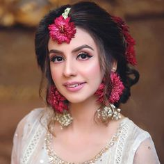 The Effective Pictures We Offer You About Bridal Outfit for getting ready A quality picture can tell you many things. You can find the most beautiful pictures that can be presented to you about Bridal Pakistani Bridal Makeup Hairstyles, Mehndi Hairstyles, Bridal Hairdo, Bridal Photoshoot, Pakistani Bridal Dresses, Bride Hairstyles, Bridal Makeup Looks, Bridal Looks, Bridal Style
