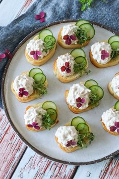 Easy Snaps With Tuna Mousse And Cucumber - Delicious Snack- Nemme Hapsere Med Tunmousse Og Agurk – Lækker Snack Easy Snaps With Tuna Mousse And Cucumber – Delicious Snack - Canapes Recipes, Raw Food Recipes, Gourmet Recipes, Appetizer Recipes, Appetizers, Easy Snacks, Yummy Snacks, Easy Salmon Recipes, Food Presentation