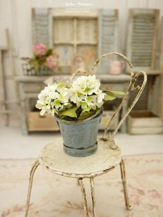 Trois hortensias blancs dans un seau en métal peint en bleu ciel vieilli, Accessoire de jardin, véranda, maison de poupée, échelle 1/12 by AtelierMiniature on Etsy