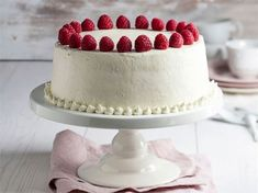 Näyttävä täytekakku koristaa juhlapöydän. On kuitenkin hyvä muistaa, että usein yksinkertainen on kaunista. Tässä herkullisessa kakkuohjeessa on kaksi ideaa melko yksinkertaiseen, mutta näyttävään koristeluun. Sweet Pastries, High Tea, Let Them Eat Cake, Yummy Cakes, Cake Recipes, Cake Decorating, Cheesecake, Food And Drink, Baking