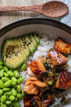 Absolute delicious, easy to make and If you like and tasty, fresh ingredients then you will LOVE this salmon sushi bowl. This recipe is naturally too. and Drink dinner seafood Teriyaki Salmon Sushi Bowl - Gluten Free Recipe Tasty Meal, Healthy Meal Prep, Healthy Snacks, Dinner Healthy, Healthy Delicious Recipes, Healthy Weeknight Dinners, Health Dinner, Healthy Eating Recipes, Healthy Student Meals