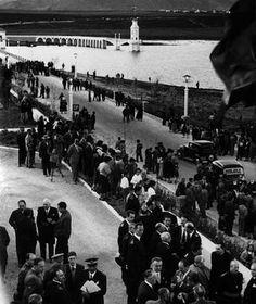 Imagen de la inauguración del pantano el 2 de mayo de 1956 Granada, Dolores Park, Black And White, Travel, Old Photography, Antique Photos, Souvenirs, Cars, Fotografia