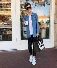 leather leggings outfit with denim chambray shirt and sneakers Casual Leggings Outfit, Legging Outfits, Chambray Shirt Outfits, Outfits Jeans, Leather Leggings Outfit, How To Wear Leggings, Chambray Dress, Faux Leather Leggings, Sporty Outfits