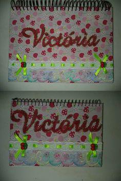Cadernos revestidos com tecido, com nome pintado e aplicação de bico e passa fita...apliques de botão
