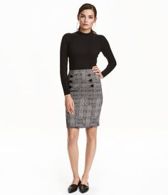 Black/white. Knee-length skirt in woven, stretch jacquard fabric. Decorative buttons at front and visible zip and slit at back. Unlined.