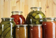Preserved vegetables, ketchup and salads in glass jars Ketchup, Kitchen Recipes, Cooking Recipes, Salad In A Jar, Glass Jars, Preserves, Cucumber, Good Food, Food And Drink