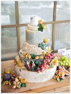 A chic and natural cheese tower as an alternative to a sweet wedding cake Cheese Table, Cheese Platters, Wedding Cakes Made Of Cheese, Cheese Platter Wedding, Beautiful Cakes, Amazing Cakes, Simply Beautiful, Cheese Tower, Wheel Cake