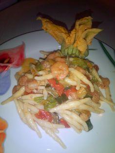 Trofie con zucchine ganberetti e fiori di zucca, un primo piatto davvero delizioso, delicato e da mangiare con gli occhi.