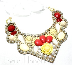 Cód: CN138    Maxi colar em couro com pedras de resina, perolinhas, strass, flor de resina e fita de cetim regulável.