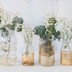 Des vases à paillettes avec des pots de confiture