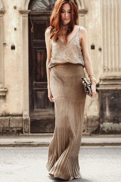 I found the perfect golden sequins top, the colour and the shine is simply amazing and I wore it with a golden skirt for a chic look. Holiday outfit!