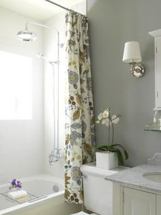 contemporary gray bathroom with an extra long shower curtain hung close to the ceiling, making the bathroom look HUGE! Beautiful Bathroom Inspiration: Contemporary Shower Curtain Ideas from Bathroom Bliss by Rotator Rod Floral Shower Curtains, Bathroom Shower Curtains, Downstairs Bathroom, Bathroom Wall, Bad Inspiration, Bathroom Inspiration, Contemporary Grey Bathrooms, Extra Long Shower Curtain, Gray And White Bathroom