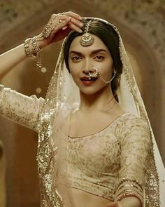 Adorable Deepika Padukone look as Rani Padmavati Mode Bollywood, Bollywood Fashion, Bollywood Style, Style Deepika Padukone, Deepika Padukone Lehenga, Bollywood Celebrities, Bollywood Actress, Indian Dresses, Indian Outfits