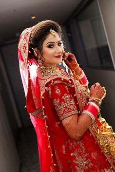 indian wedding photography stills Indian Bride Poses, Indian Wedding Poses, Indian Bridal Photos, Indian Bridal Outfits, Indian Bridal Fashion, Bridal Dresses, Bridesmaid Dresses, Asian Bridal, Wedding Gowns