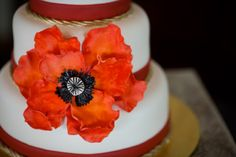 Bruidstaart met bloem en bijpassende linten..