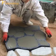 Use heavy-duty plastic mold that turns a little pre-mixed concrete into a concrete garden stepping stones for easiest access way to your garden. A personalized brick mold, laying out the effect posted up like blocks of stones, so that makes the path Floor Molding, Brick Molding, Front Yard Landscaping, Backyard Patio, Pergola Patio, Garden Projects, Garden Tools, Jardin Decor, Stone Road