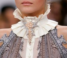 Balenciaga Spring 2006 Runway Pictures Description: Balenciaga at Paris Fashion Week Spring This collar is similar to the ruff/betsy style used in the Empire Period. It is not as large as the collars used then but still makes a statement. Look Fashion, Fashion Details, High Fashion, Fashion Beauty, Womens Fashion, Paris Fashion, 1940s Fashion, Fashion Goth, Fashion Walk