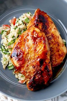 This balsamic chicken recipe yields the most tender and juicy breasts glazed with a sweet and acidic sauce. All you need are 7 ingredients, 2 hours to marinate and 15 minutes to cook. Balsamic Chicken Recipes, Chicken Recipes Video, Healthy Chicken Recipes, Steak Recipes, Healthy Dinners, Healthy Eats, Vegetarian Recipes, Top Recipes, Easy Dinner Recipes