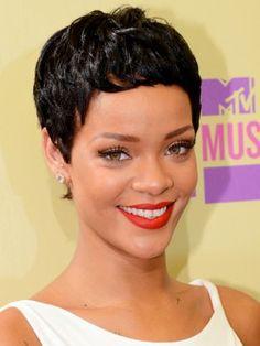 "La belleza caribeña, Rihanna lució muy glamurosa con este corte estilo ""pixie""."
