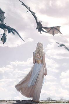Daenerys Targaryen - Game of thrones Arte Game Of Thrones, Game Of Thrones Dragons, Game Of Thrones Fans, Game Of Thrones Tumblr, Game Of Thrones Khaleesi, Got Dragons, Imagine Dragons, Familia Targaryen, Dragon Medieval