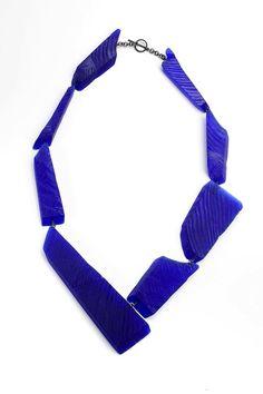 bijoux : collier bleu, Yoko Shimizu (from Alchimia) Ceramic Jewelry, Resin Jewelry, Jewelry Art, Jewelry Accessories, Jewelry Necklaces, Handmade Jewelry, Beaded Necklace, Jewelry Design, Resin Necklace