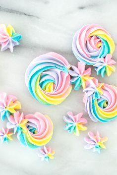 Rainbow buttercream tutorial complete with photos. Now you can make pretty rainbow rosettes and decorations. Purple Wedding Cakes, Wedding Cakes With Flowers, Elegant Wedding Cakes, Flower Cakes, Elegant Cakes, Gold Wedding, Piping Frosting, Cake Piping, Cake Decorating Designs