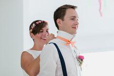 Selbstgenähte Fliegen, verpackt in einer herzlichen und persönlichen Schachtel. Eine Hochzeit, die mit voller Liebe die kleinen Dingen großartig erscheinen lässt. Farbenfroh, passend zu dieser wundervollen Hochzeit. #JuliaWalterFotografie #Fliege #SelbstgenähteFliege #Schachtel #DIY-Wedding #Hochzeit #doityourself #Sommerhochzeit #Frankfurt
