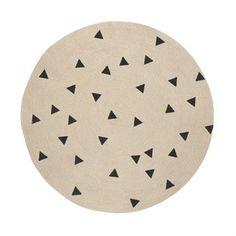 Dieser runde Teppich aus dem dänischen Hause Ferm Living wird aus Jute hergestellt, und brilliert mit typisch grafischen Motiven aus Ferm Livings Designtradition.