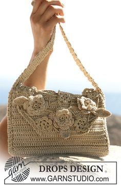 """Crochet DROPS bag with flower attachments in """"Muskat"""", """"Cotton Viscose"""" and """"Glitter"""". ~ DROPS Design"""