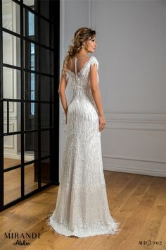 Radiant and ingenious, the dress is decorated with lace with pearl-shaped pearl fringes. Fringes, New Trends, Pearl, Wedding Dresses, Lace, Collection, Fashion, Bride Dresses, Moda